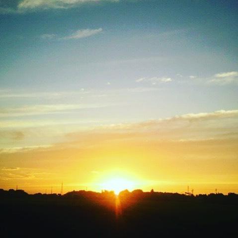 空の色や形はいつも同じようで、実際は同じ表情はないたとえば日の出と日の入りの写真の違いって皆さんはわかりますか?私は感覚ではすぐわかる気がするけれど、視覚ではたまに迷います。でも朝陽も夕陽も明らかに違うのですよね (from Instagram)