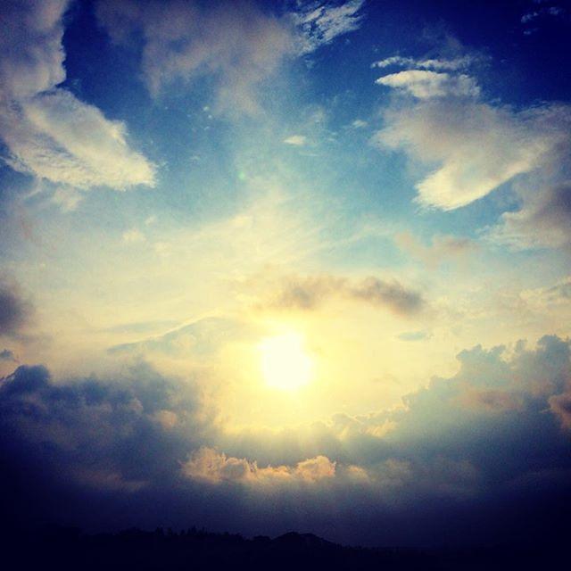いつかの空の風景と夕陽の色と表情が柔らかい (from Instagram)